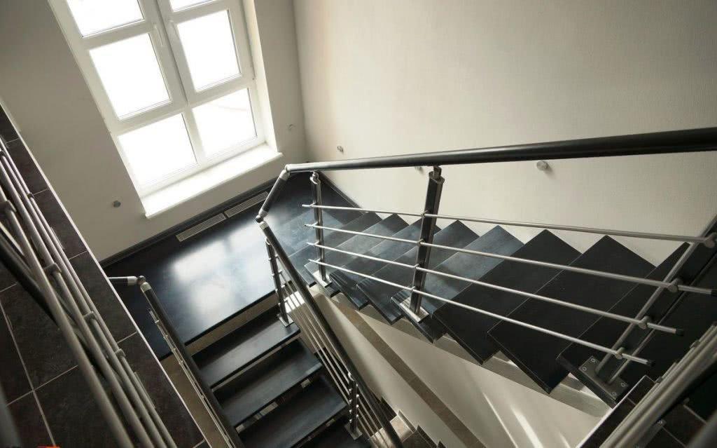 бетонная лестница с декором