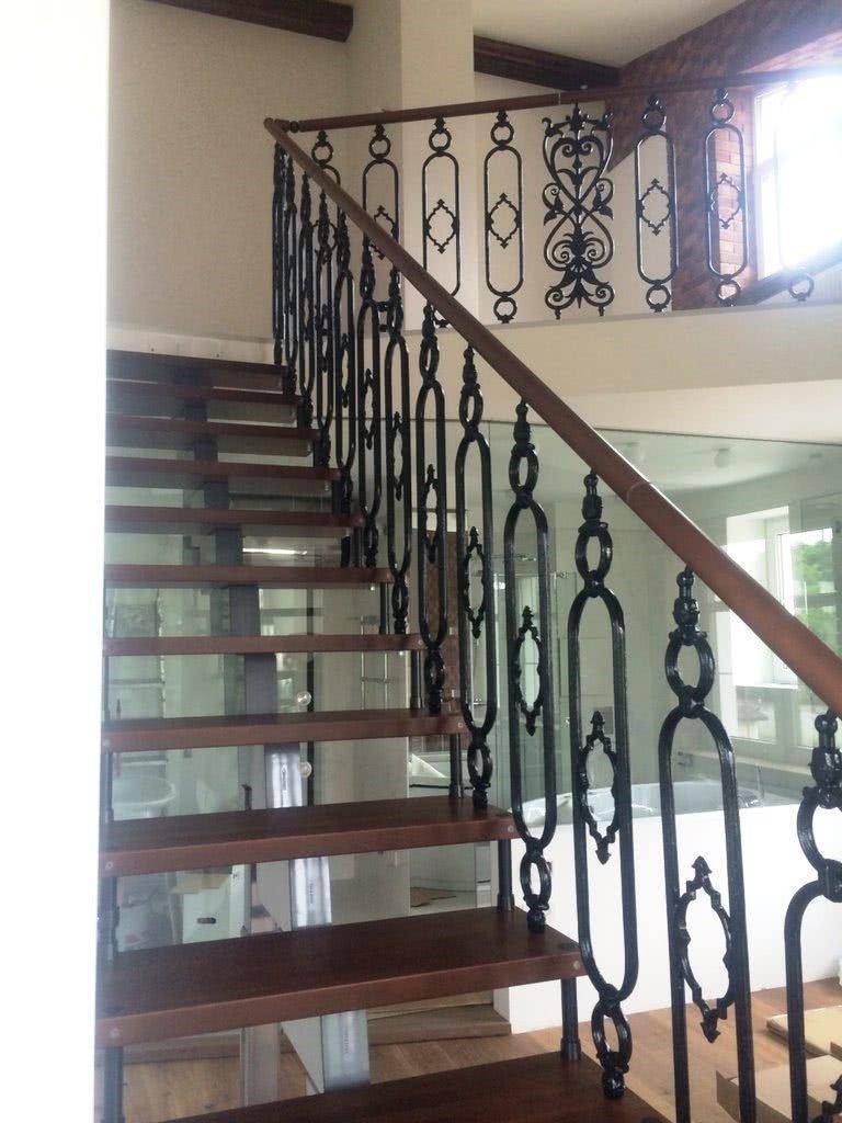 интерьерная металлическая кованная лестница в дом