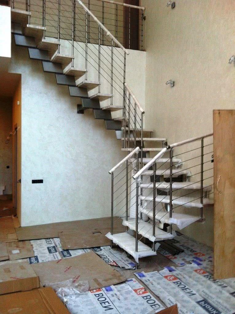установка открытой подвесной лестницы в доме