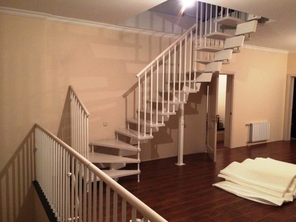 Забежная лестница на заказ из массива и металла под заказ