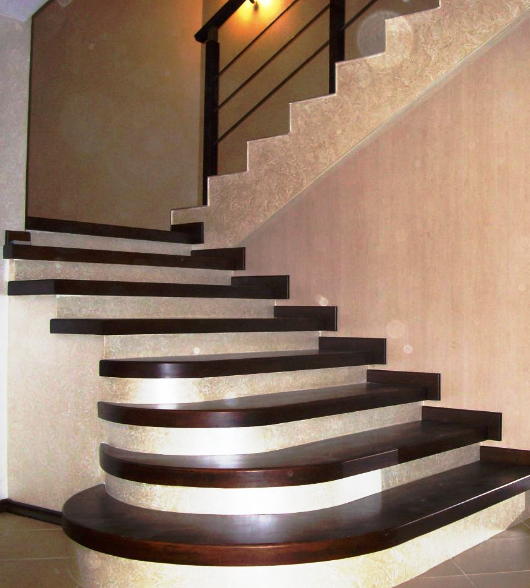 бетонная лестница с деревянными ступенькамии