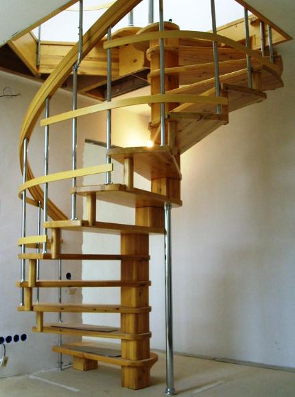 круговая лестница из металла и дерева на заказ