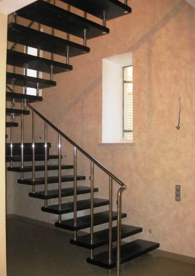 интерьерная лестница из металла и дерева
