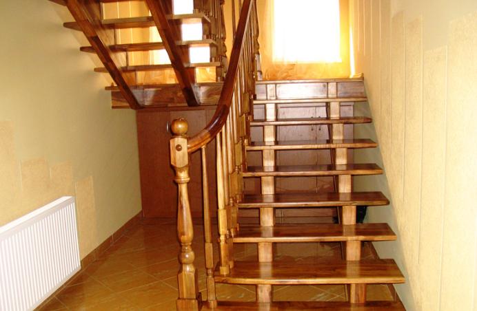 открытая деревянная лестница на второй этаж