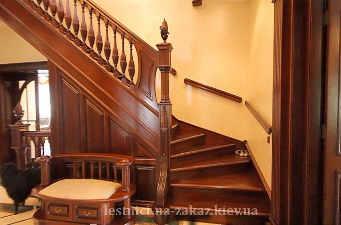 Лестница из массива дерева с ограждением
