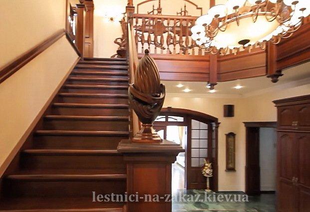 Лестница из массива с деревянными перилами под заказ