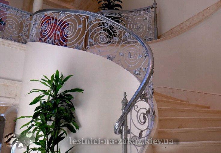 Радиусная лестница из бетона с обшивкой дубом