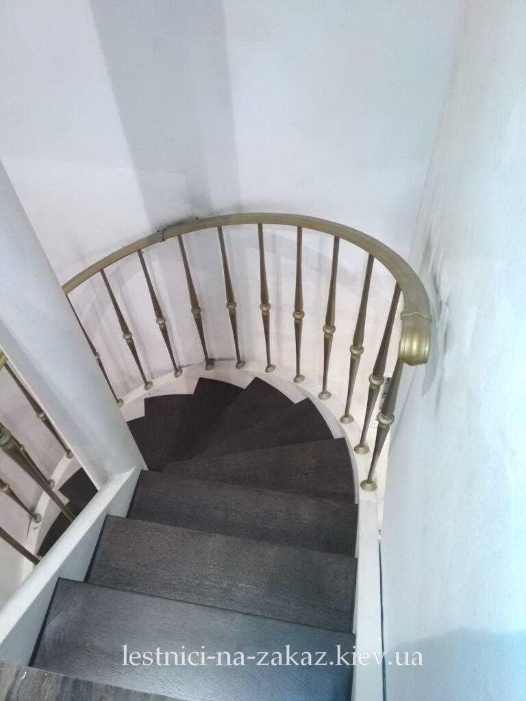 Лестница с забежными ступенями на заказ