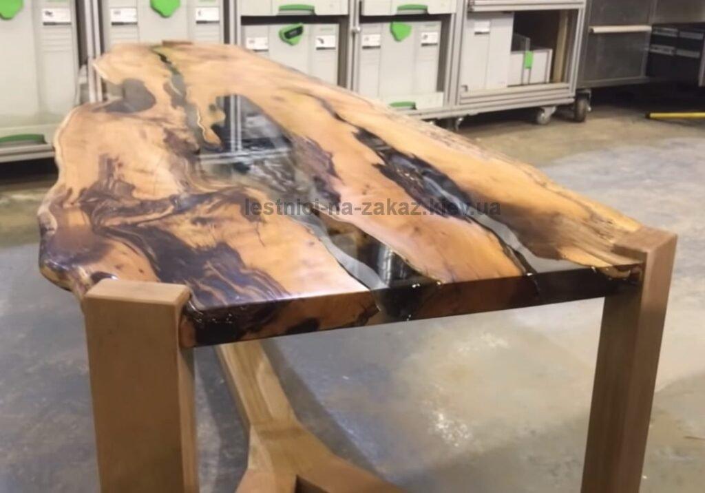 деревянный стол  река  с эпоксидной смолой фото