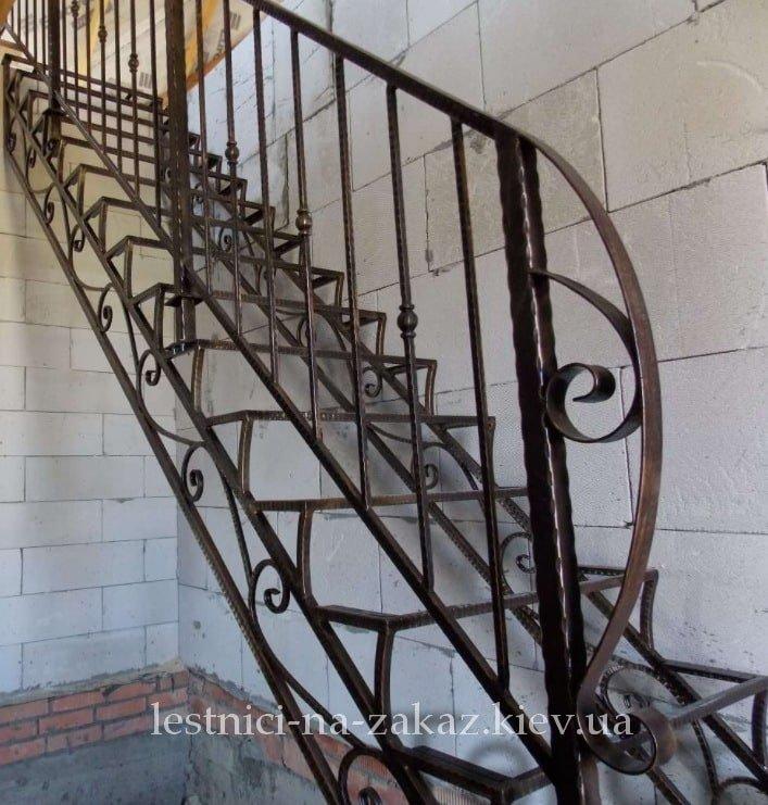 каркасная лестница в дом из металла