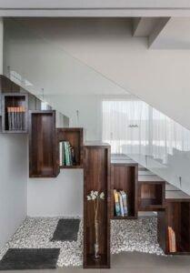 лестница бетонная со стеклянными перилами