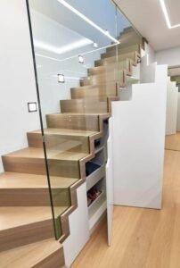 деревыннй шкаф под открытую лестницу со стеклянными перилами