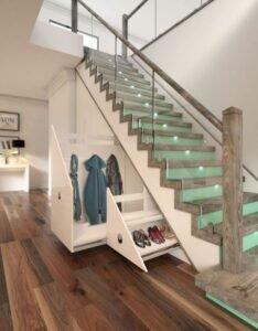 Дизайн кухни с лестницей со стеклянными перилами