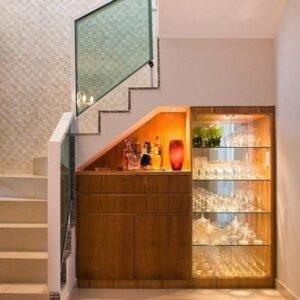 что можно разместить под лестницей со стеклянными перилами