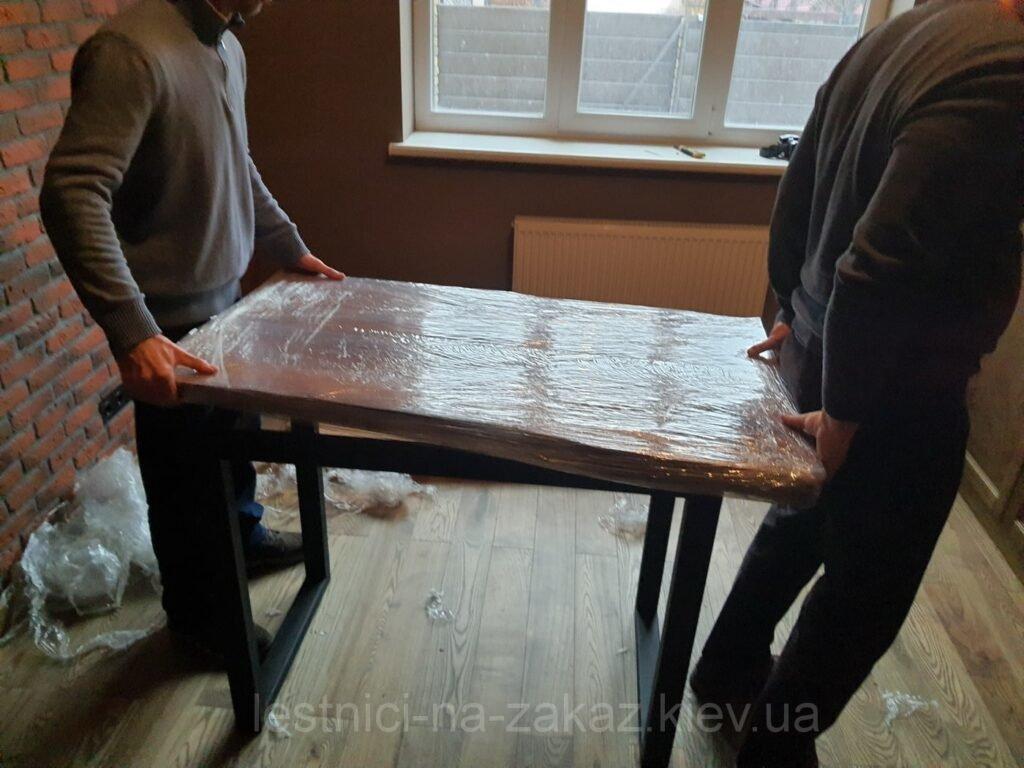 процес сборки мебели слэб из массива