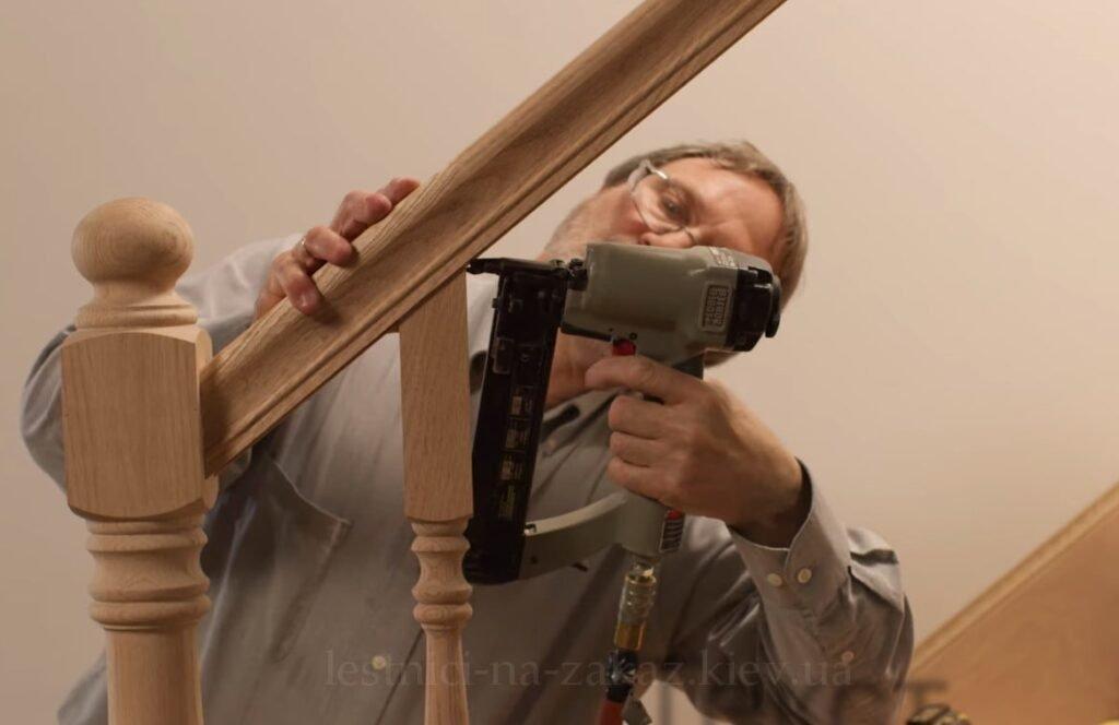 Видео как установить лестницу