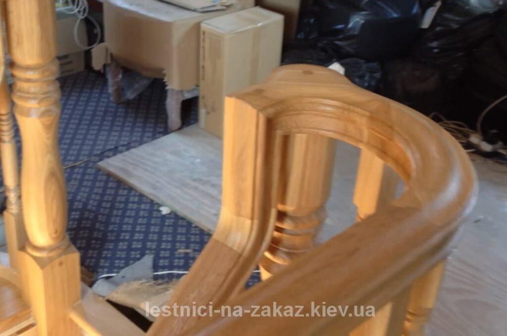 гнутые с декором перила из дерева под заказ