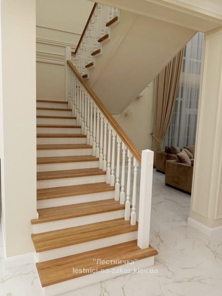 бетонная лестница с деревянными ступенями лесники