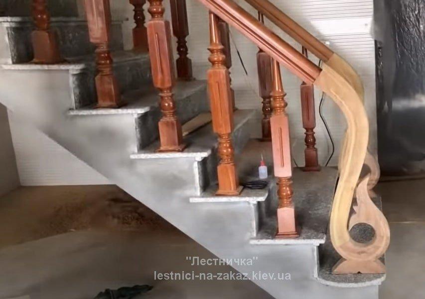 бетонная лестница с резными перилами