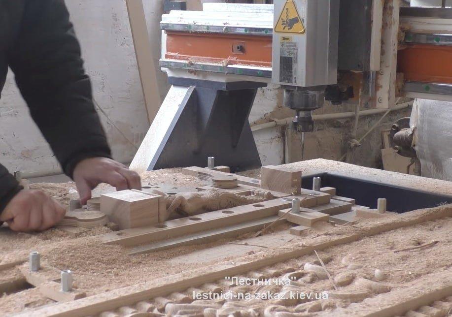 изготовление лестниц с художественной резьбой