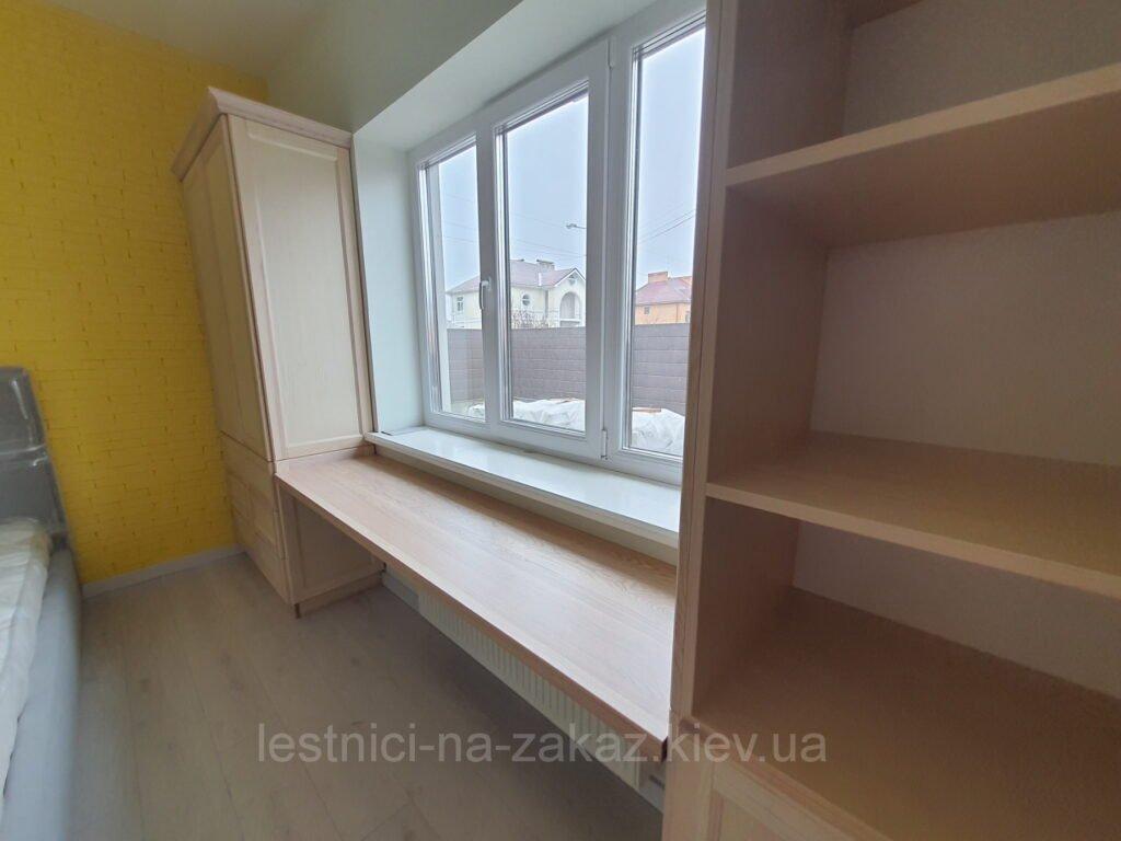 мебель из массива ясеня возле окон