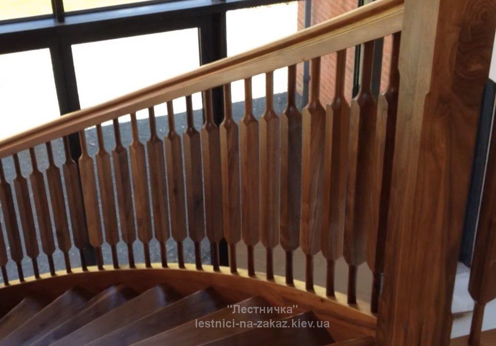 Винтовая лестница из дуба на заказ