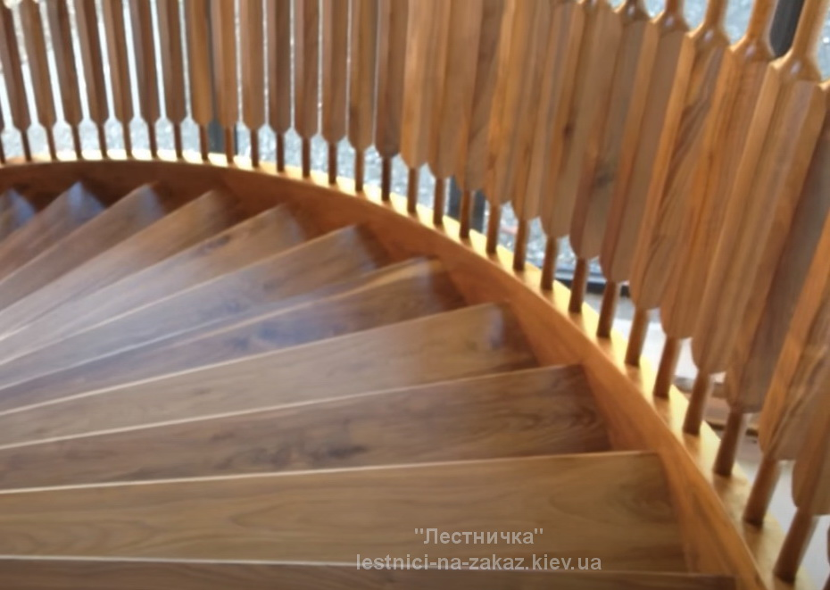 Винтовая лестница из дуба на заказ в дом Буча