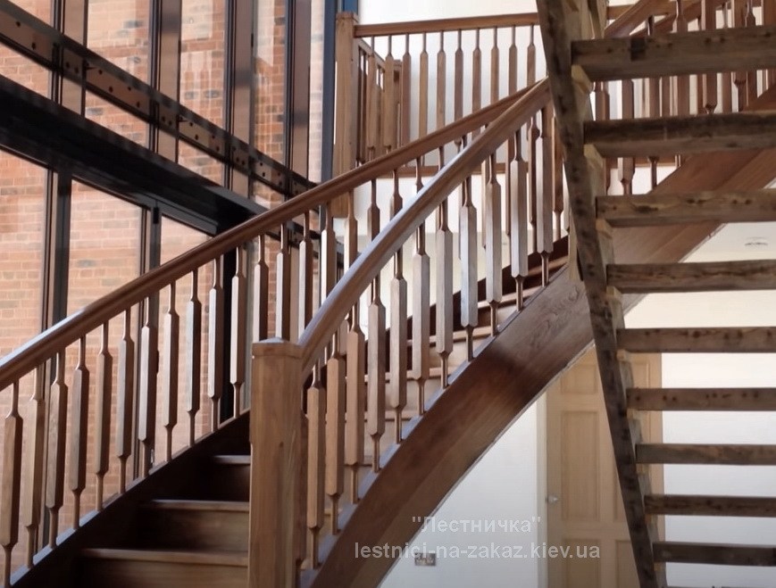 раидусная лестница из дуба лесная под заказ цена