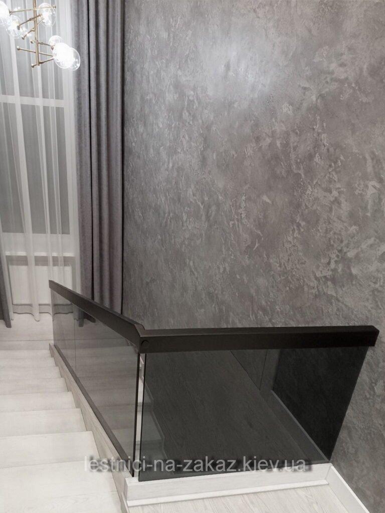 Бетонная лестница с ограждением из стекла на заказ