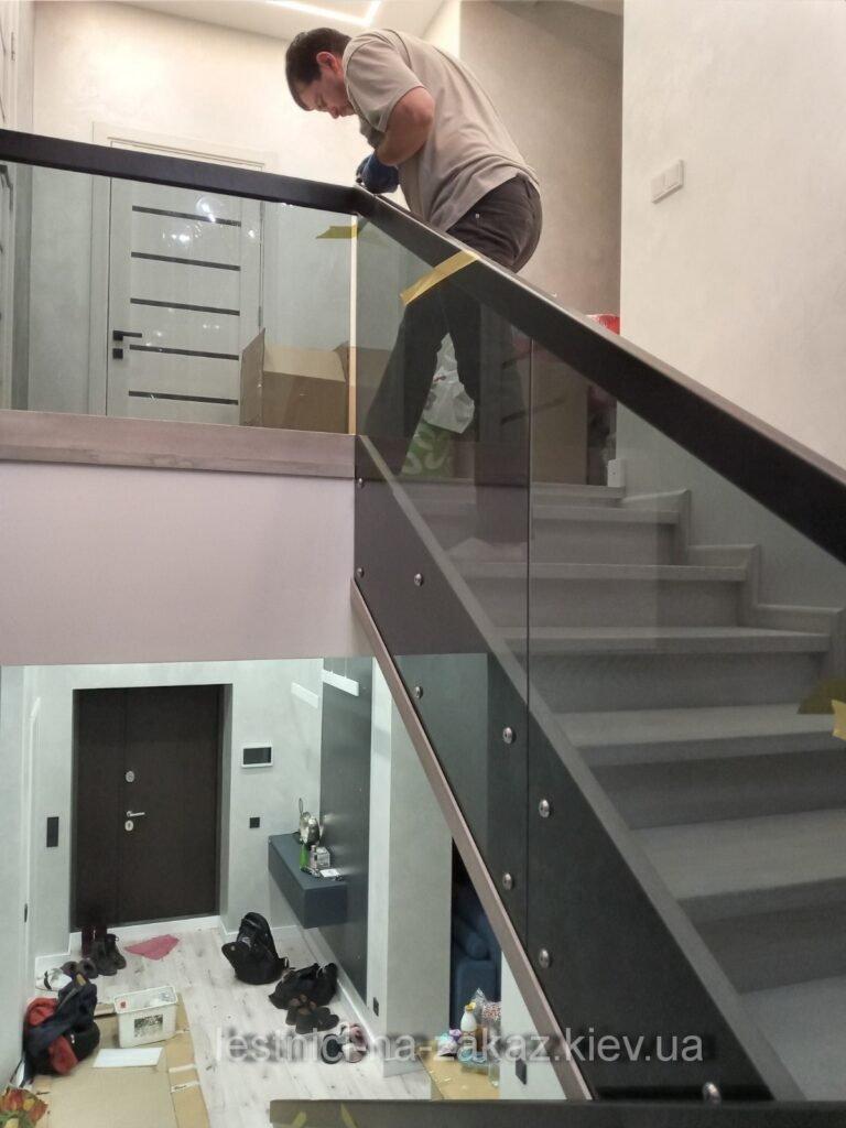 Бетонная лестница с ограждением из стекла Киев