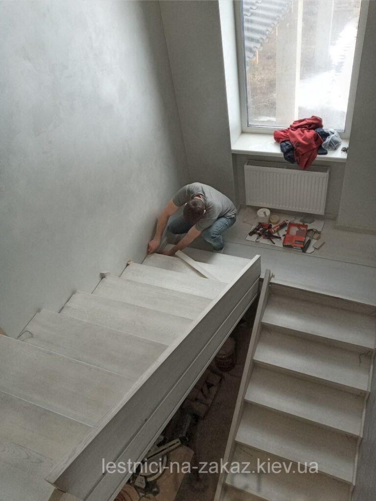 изготовление бетонной лестницы с кованными перилами под заказ