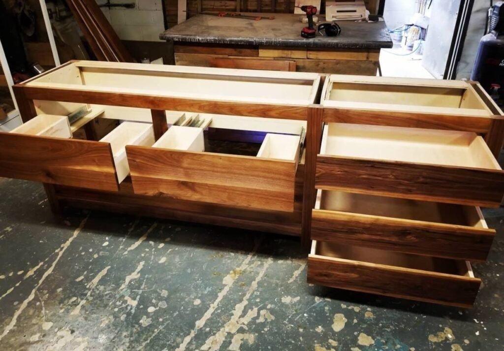 Деревянная  мебель для магазинов на заказ